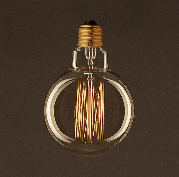 EDISON žiarovka - GLOBUS. Dekoratívna žiarovka s uhlíkovým vláknom má klasický tvar gule s uhlíkovým vláknom a spolupracuje so všetkými typmi stmievačov