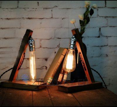 Historické-stolové-svietidlo-v-starodávnom-štýle-vyrobené-z-dreva-určené-na-žiarovku-typu-E27