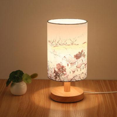 Stolová-drevená-lampa-so-spínačom-a-vzorom-krajiny.-Táto-stolová-lampa-je-vyrobená-ručne-z-kvalitného-dreva-2